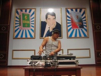 dj con dictador al fondo